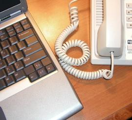 Laptop und Telefon auf Schreibtisch