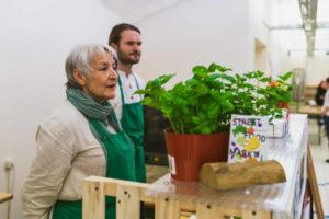Zwei Teilnehmer des Streetfoodmarktes präsentieren ihre Waren.
